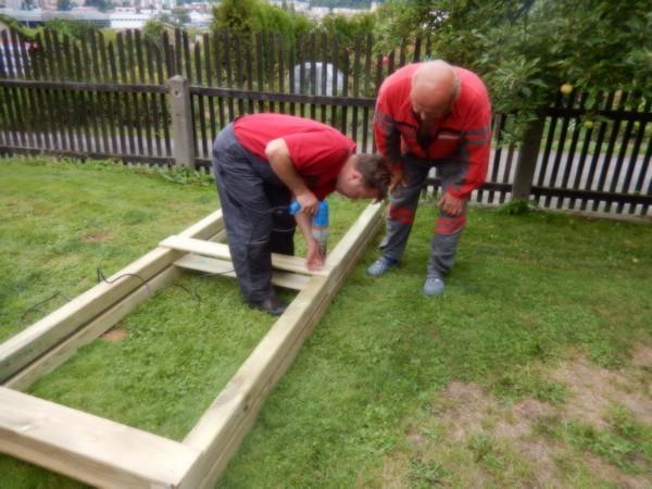Předvrtání spojů je důležité, aby dřevo nepraskalo