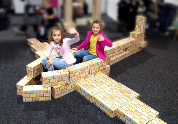 Z Cihliček děti staví i velké napodobeniny strojů jako letadel, aut, autobusů, tanků...