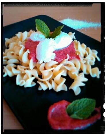 Těstoviny s osvěžující raw jahodovou omáčkou a ricottovými nočky
