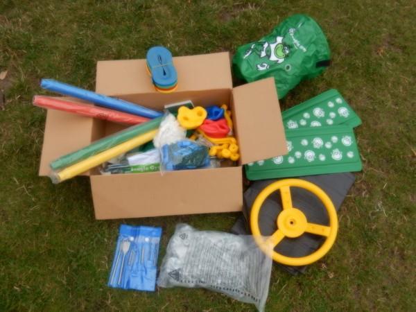 Komponenty dětského hřiště, aneb co ukrývá krabice (v pytlíku dole je velká spousta šroubů a vrutů).
