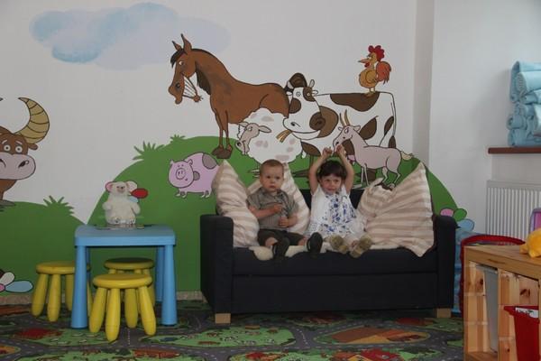 Krásně vymalovaná dětské herna, kde si děti užijí spoustu zábavy
