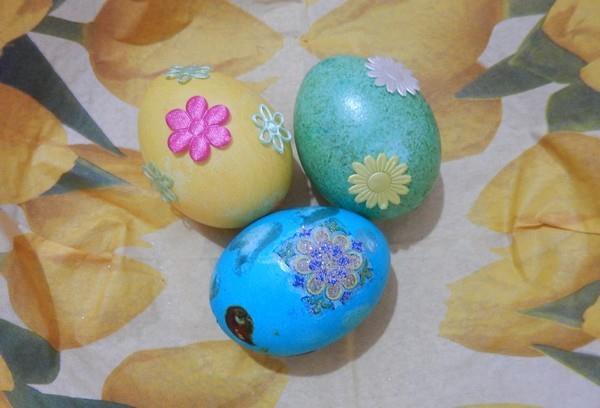 Jednobarevná vajíčka s obtisky nebo s nálepkami