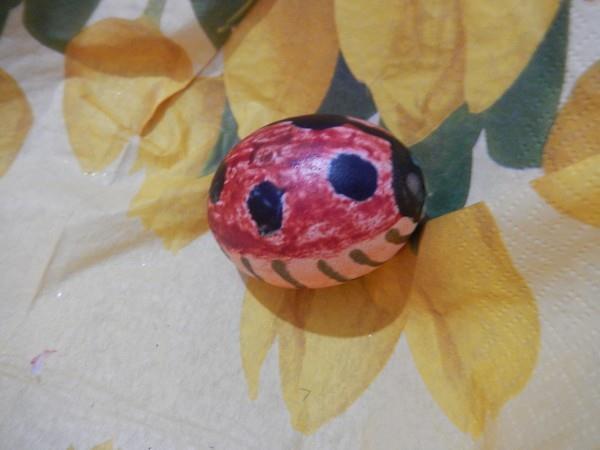Na vajíčko lze namalovat jakékoliv motivy, třeba berušku