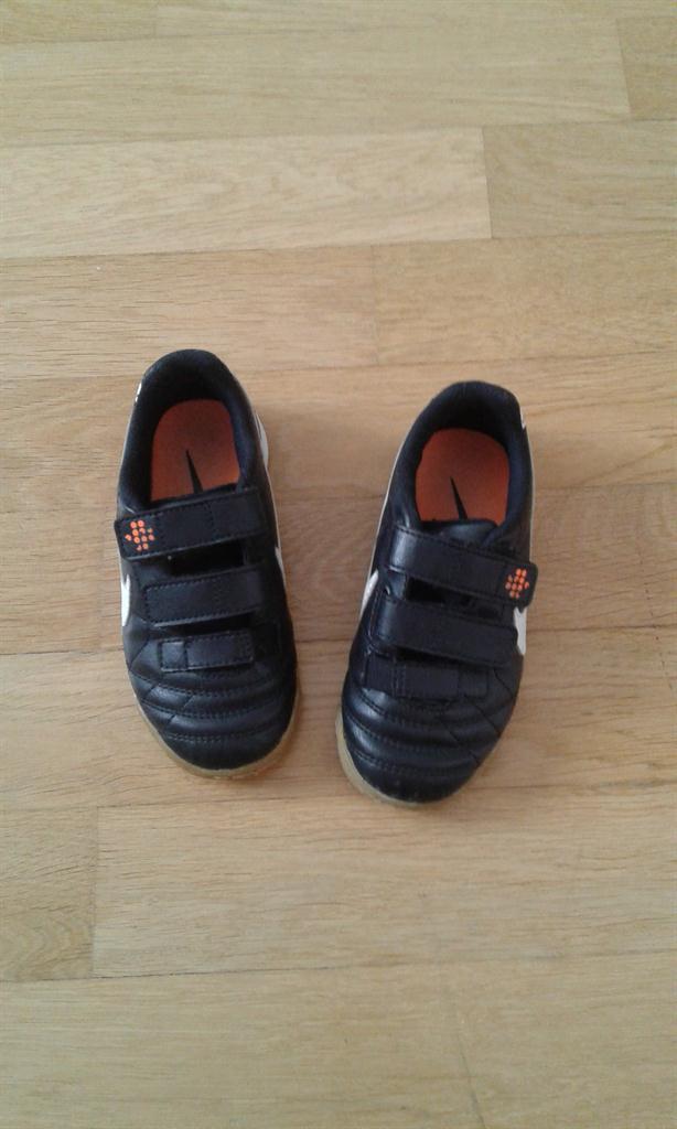 NIKE chlapecké boty vel. 27 (sálová obuv) 93ed69ffb8